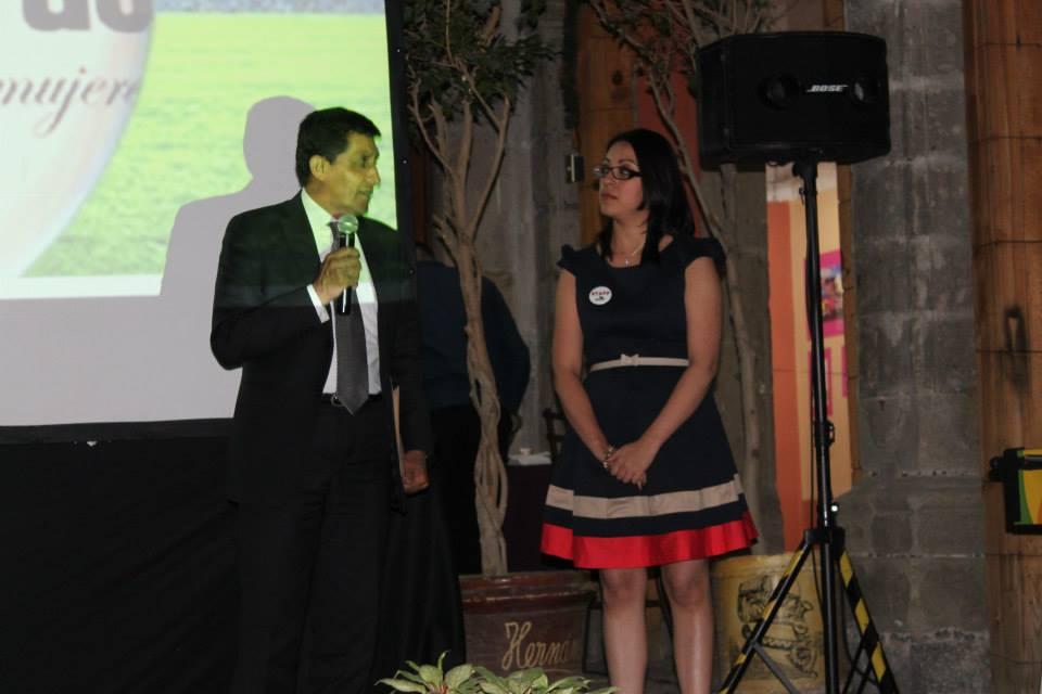 Rocío Yelitza entrega reconocimiento a Miguel Ramos Rizo.