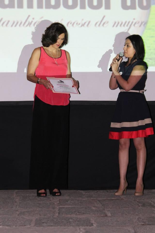 Rocío Yelitza entrega reconocimiento a Mariel Hawley.