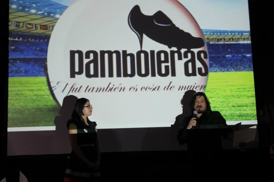 Rocío Yelitza entrega reconocimiento a Jáuregui.